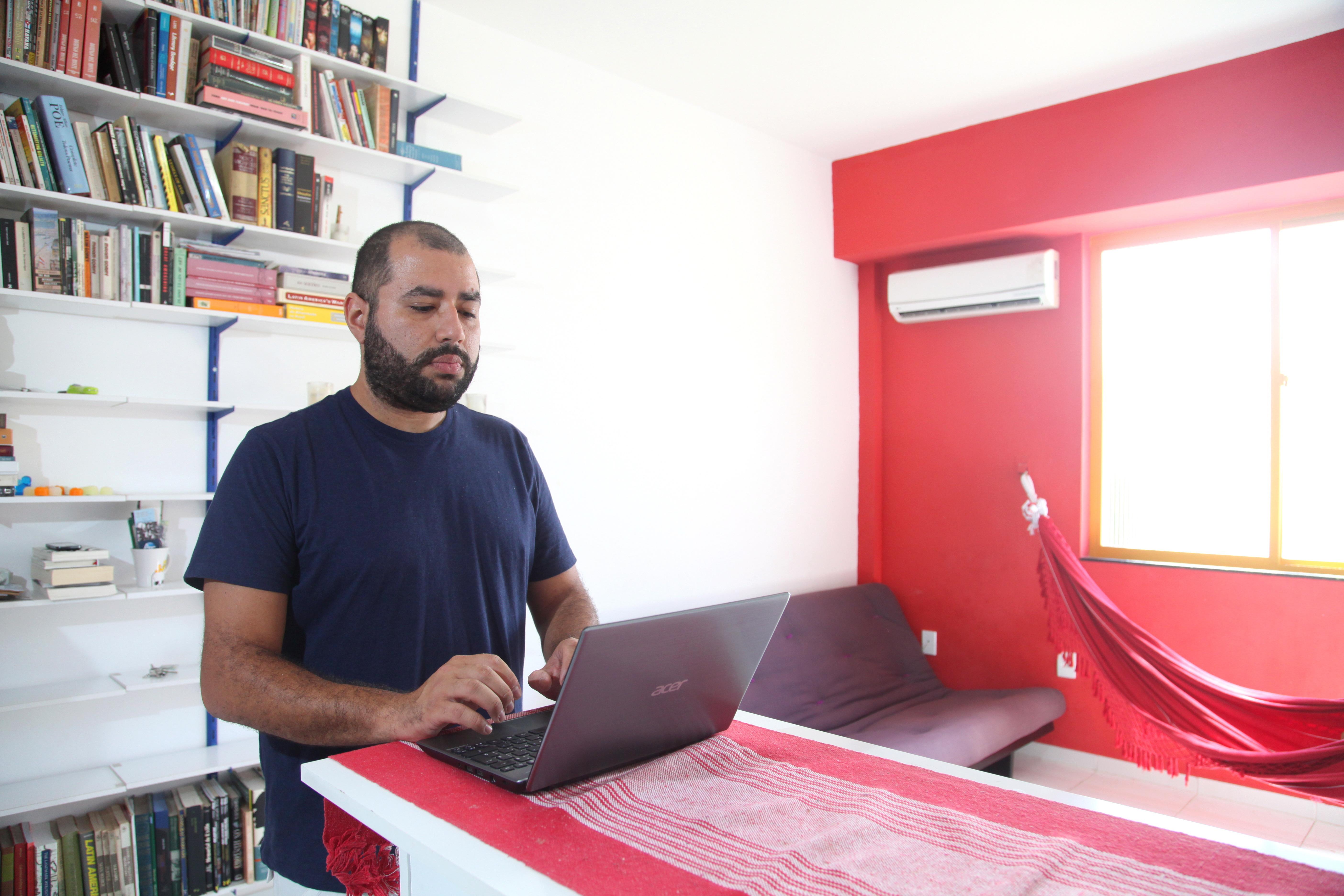 foto: fabio rossi/o globo. em casa, trabalhando. rj, mai13.